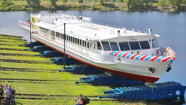 Чайка-СПГ, первый в России речной пассажирский теплоход на сжиженом газе, спущен на воду
